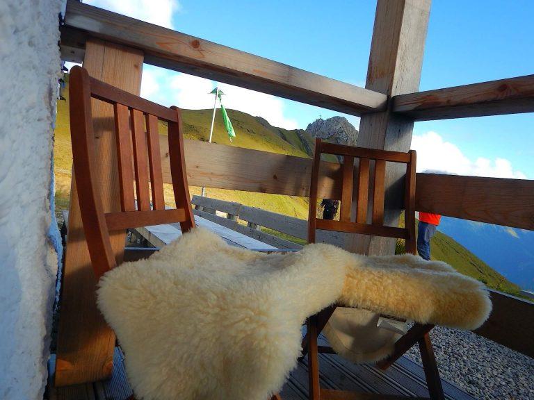 Gemütliche Sitzecke am Kaiserjochhaus mit herrlicher Aussicht